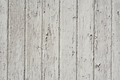 wood-fence-painted-white-with-white-paint-chipping-off-of-the-wood.-in-need-of-pressure-washing-to-get-wood-chips-off